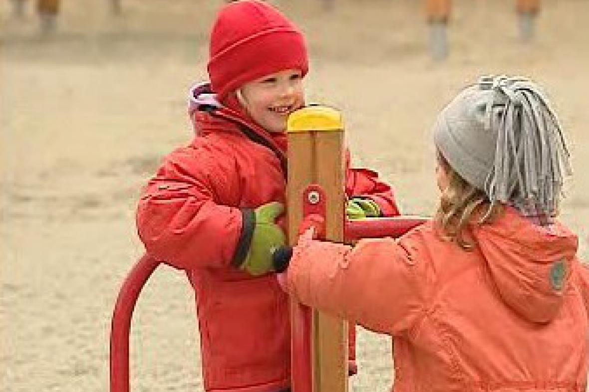 Děti na dětském hřišti