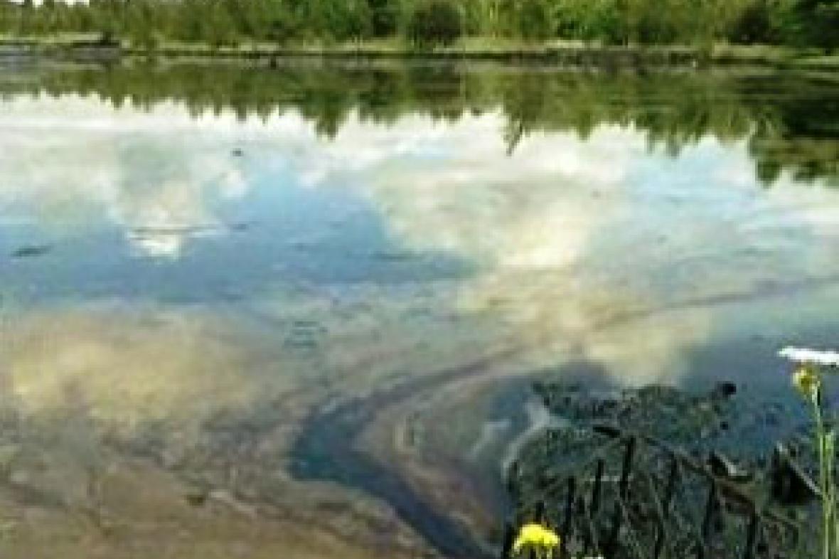 Nevzhledné a nebezpečné ropné laguny snad již brzy zmizí
