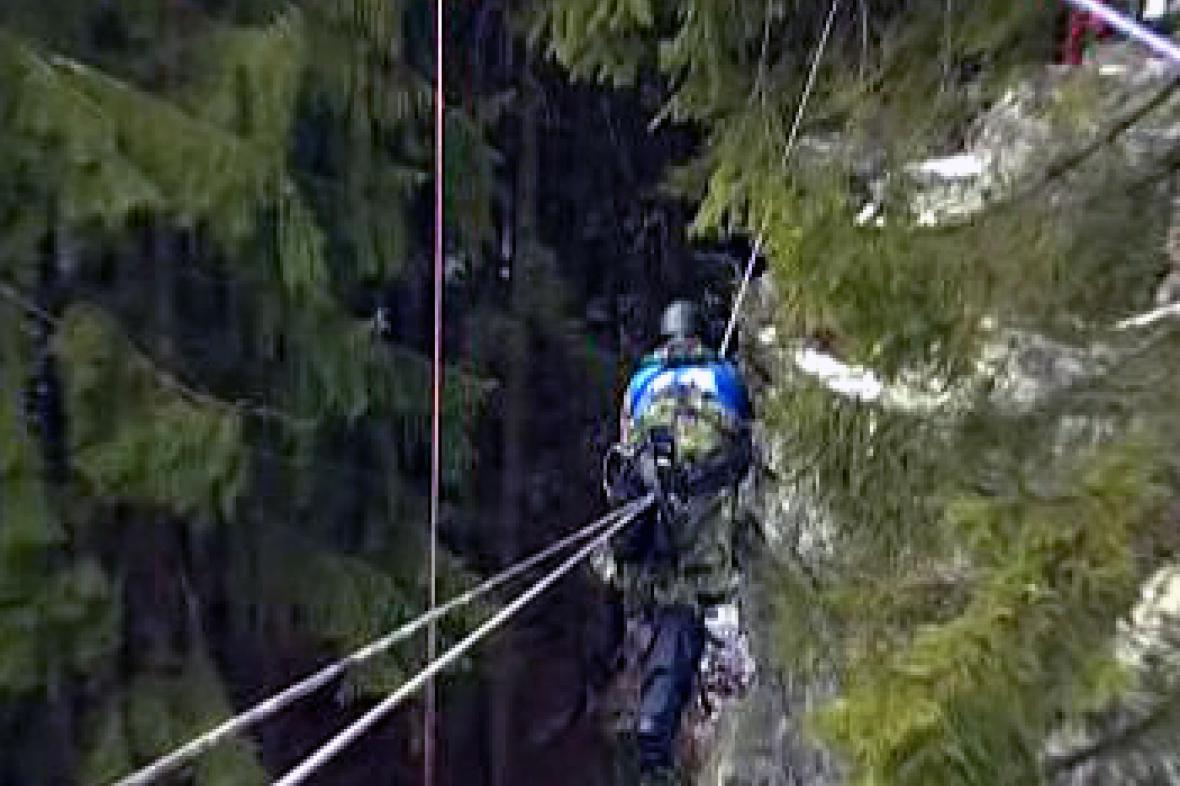 Voják při horolezeckém výcviku
