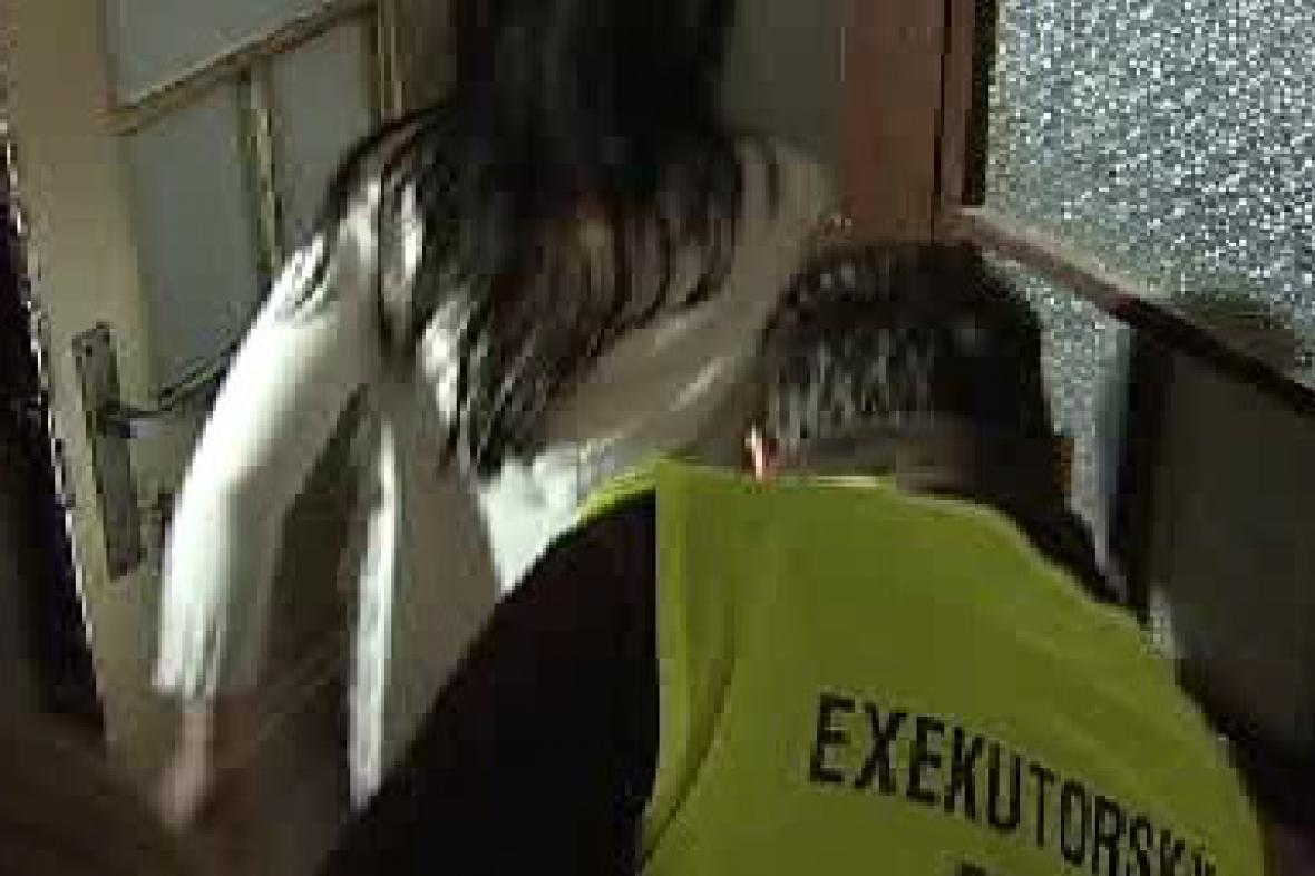 Exekutor vchází do otevřeného bytu