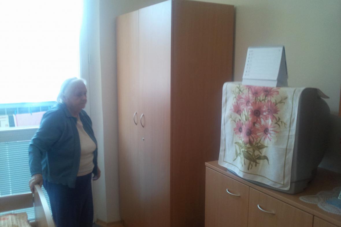 Ludmila Halamčíková u skříně