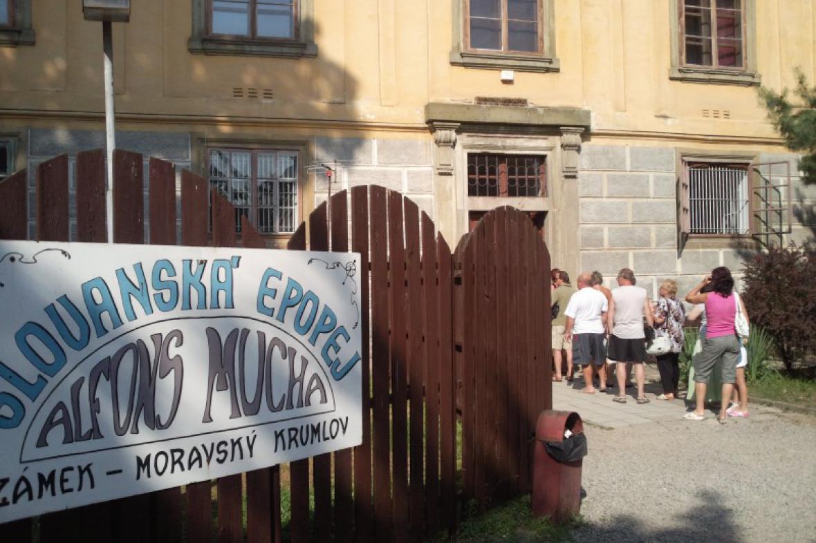 Před zámkem v Moravském Krumlově je fronta zájemců o zhlédnutí epopeje