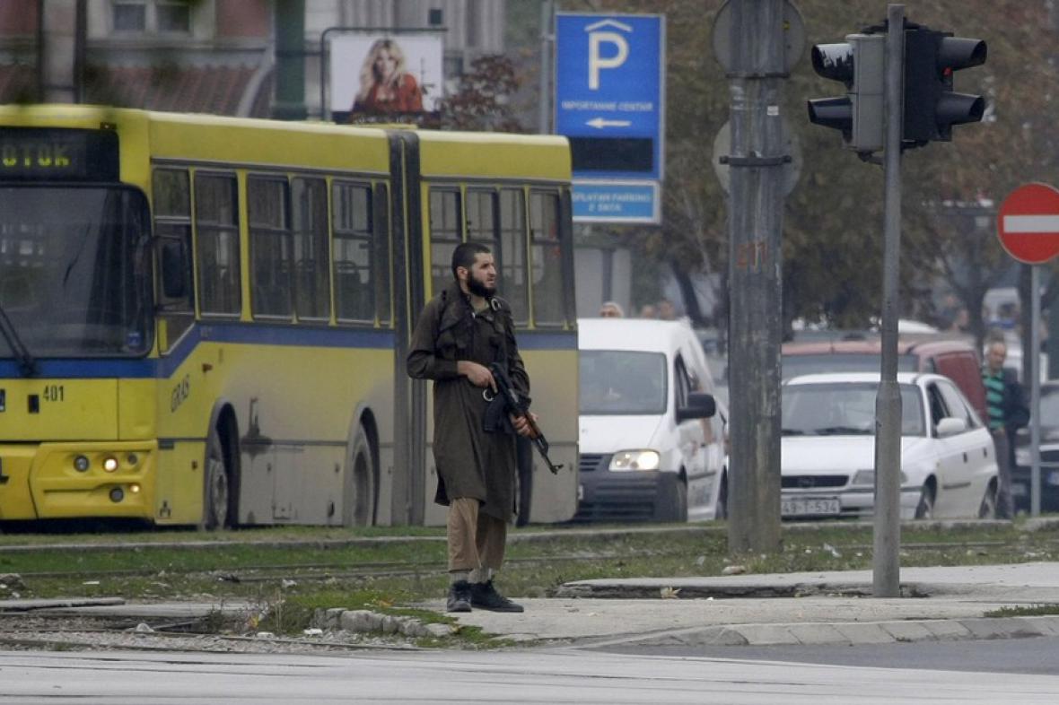 Střelec před americkou ambasádou v Sarajevu