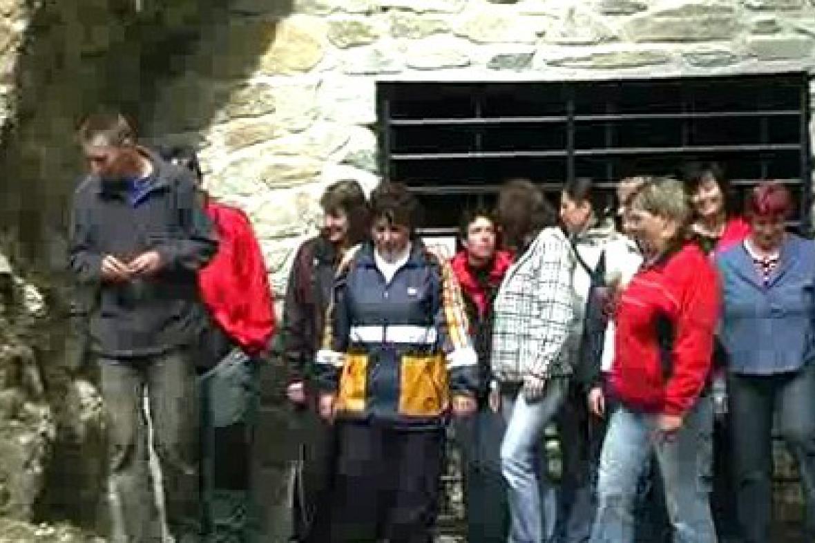 Poběžovičtí žáci před důlní štolou
