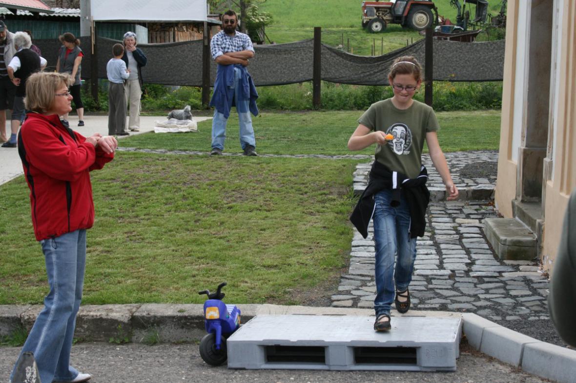 Den dětí v Kololeči - běh s míčkem