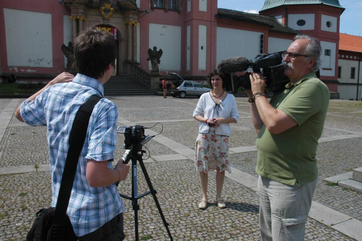 Z natáčení reportáže pro Zprávičky - studenti při práci na Svaté Hoře