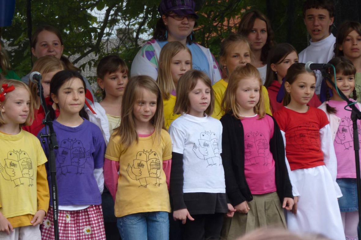 Máje v Mníšku pod Brdy - pěvecký sbor Základní školy v Mníšku
