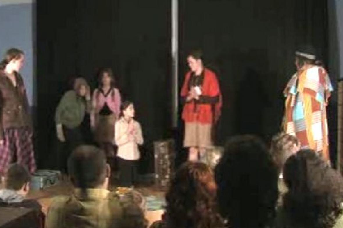 Žáci při divadelním vystoupení