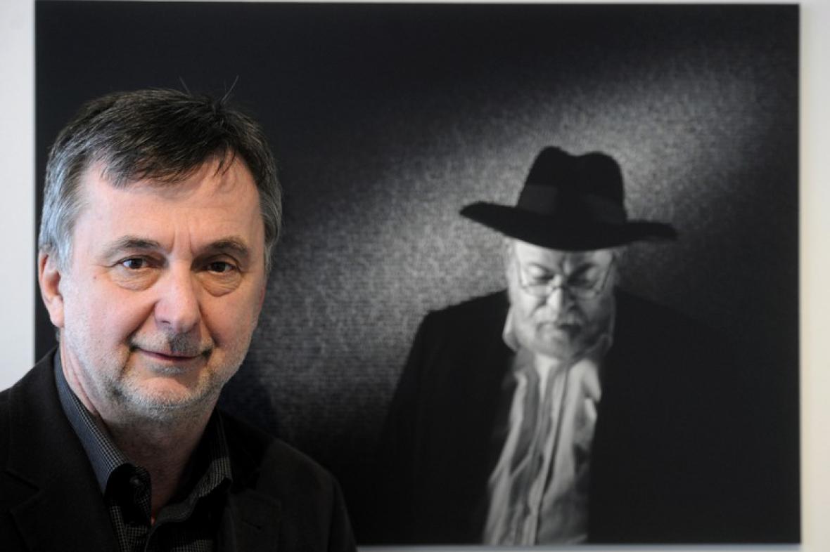 Pavel Brunclík před svým portrétem rabína Karola Sidona