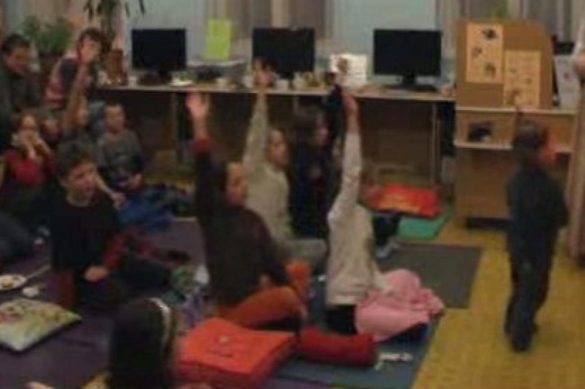 Děti při společném čtení