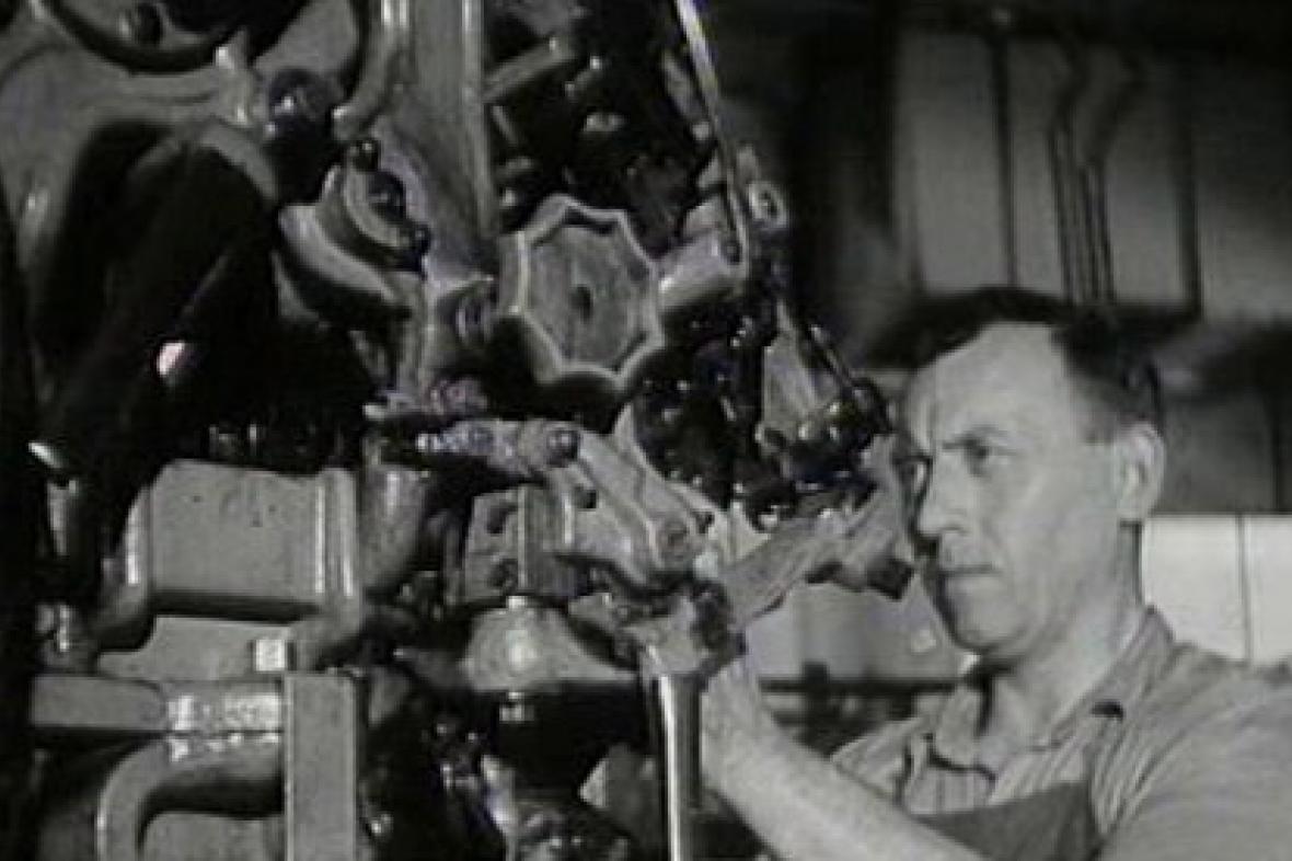 Dělník u stroje