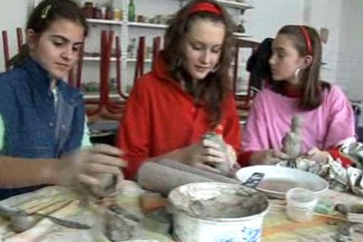 Děti vytvářejí keramické výrobky