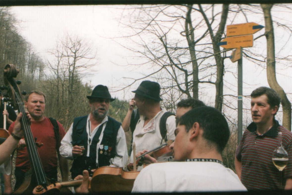 Z recesistického výšlapu folkloristů na horu Javořinu v Bílých Karpatech