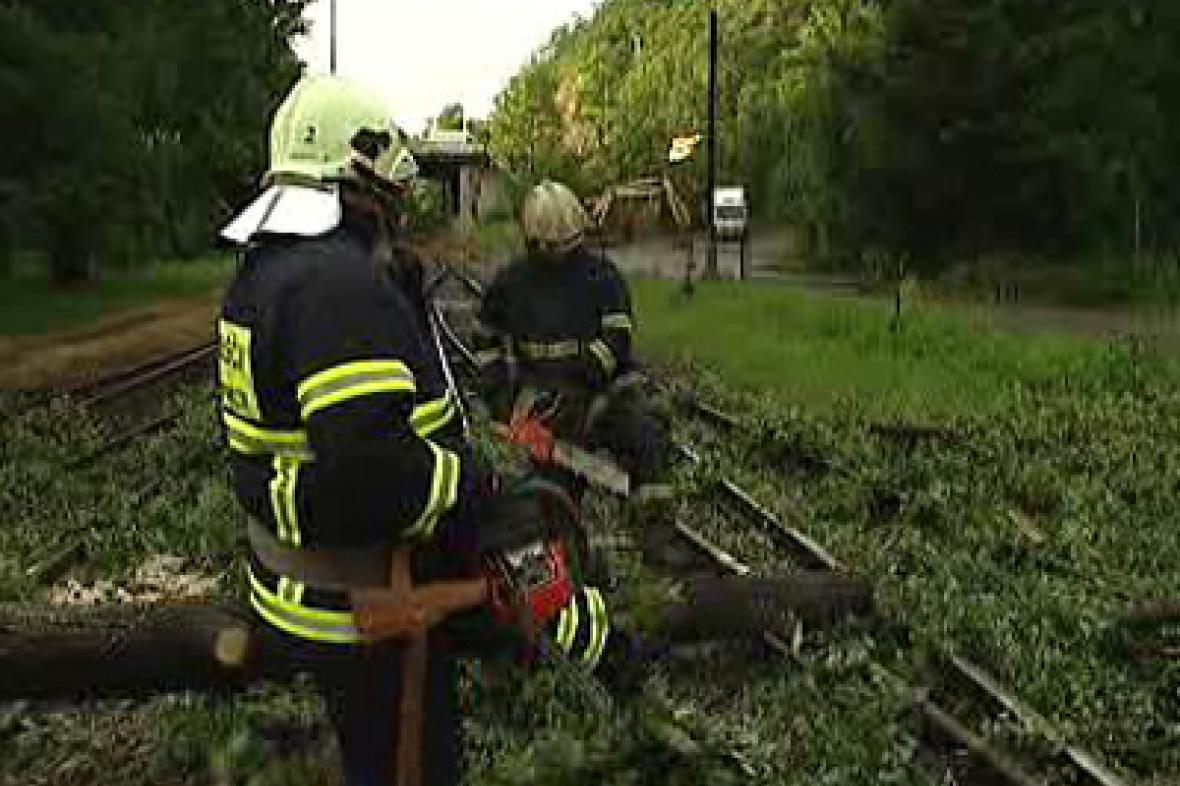 Hasiči odstraňují spadlé stromy z tratě