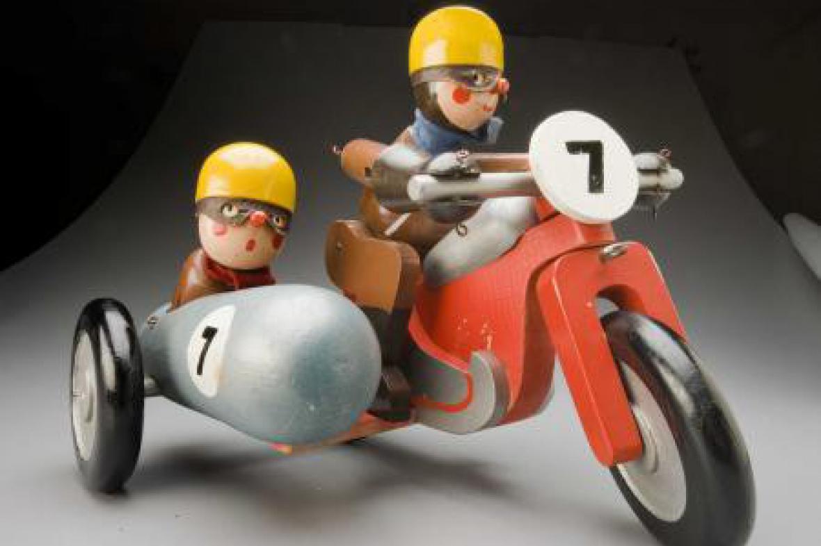 Motocyklista od výtvarníka Víta Gruse