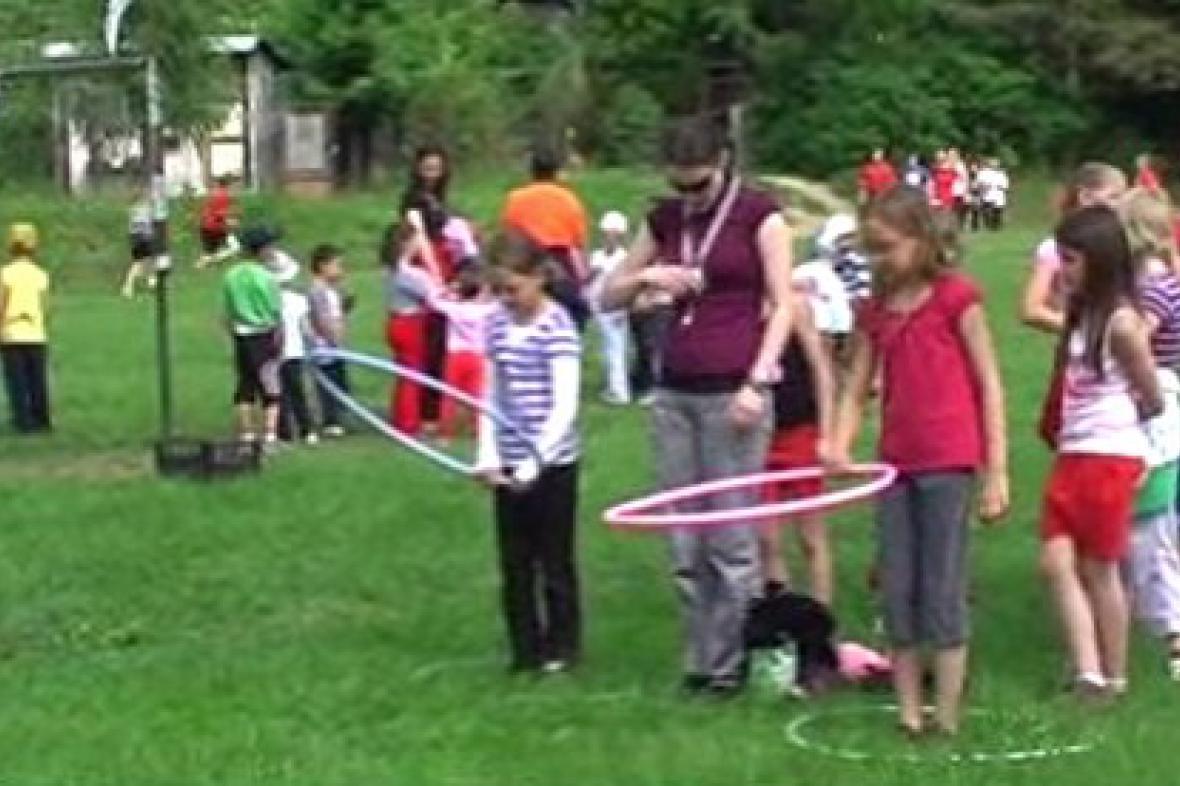 Děti při běhu s kruhy