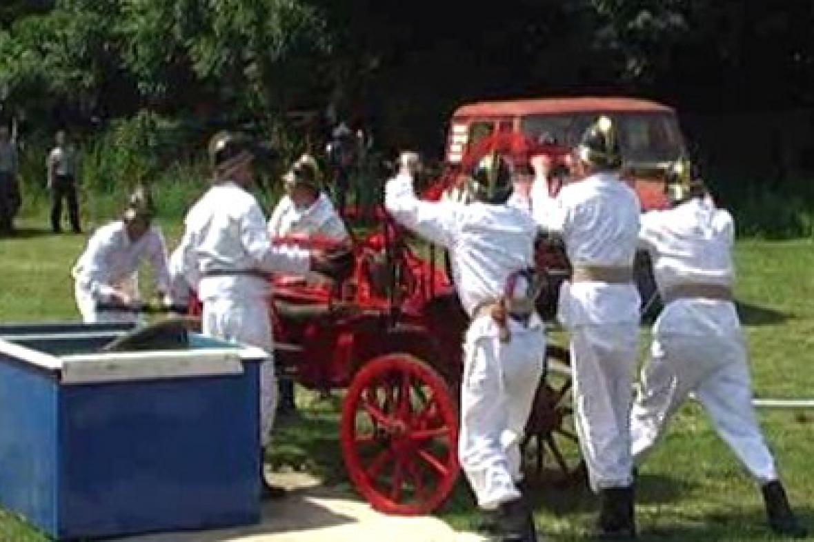 Ukázka zásahu hasičů v dobových uniformách