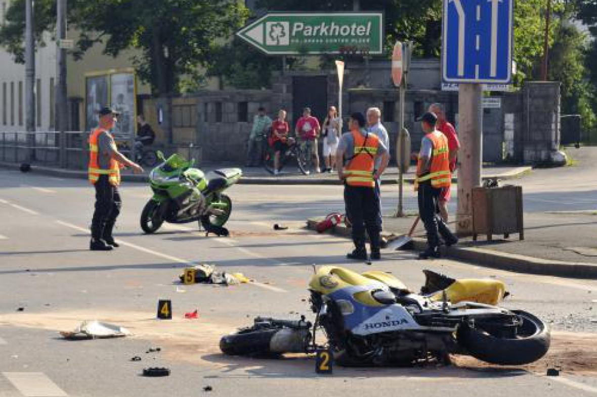 Nehoda motorek a autobusu