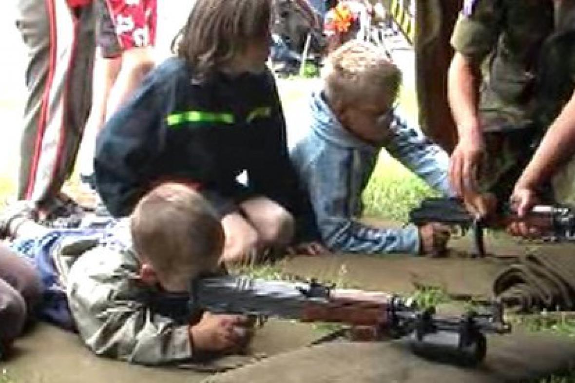 Malí střelci zkouší střelbu na terč