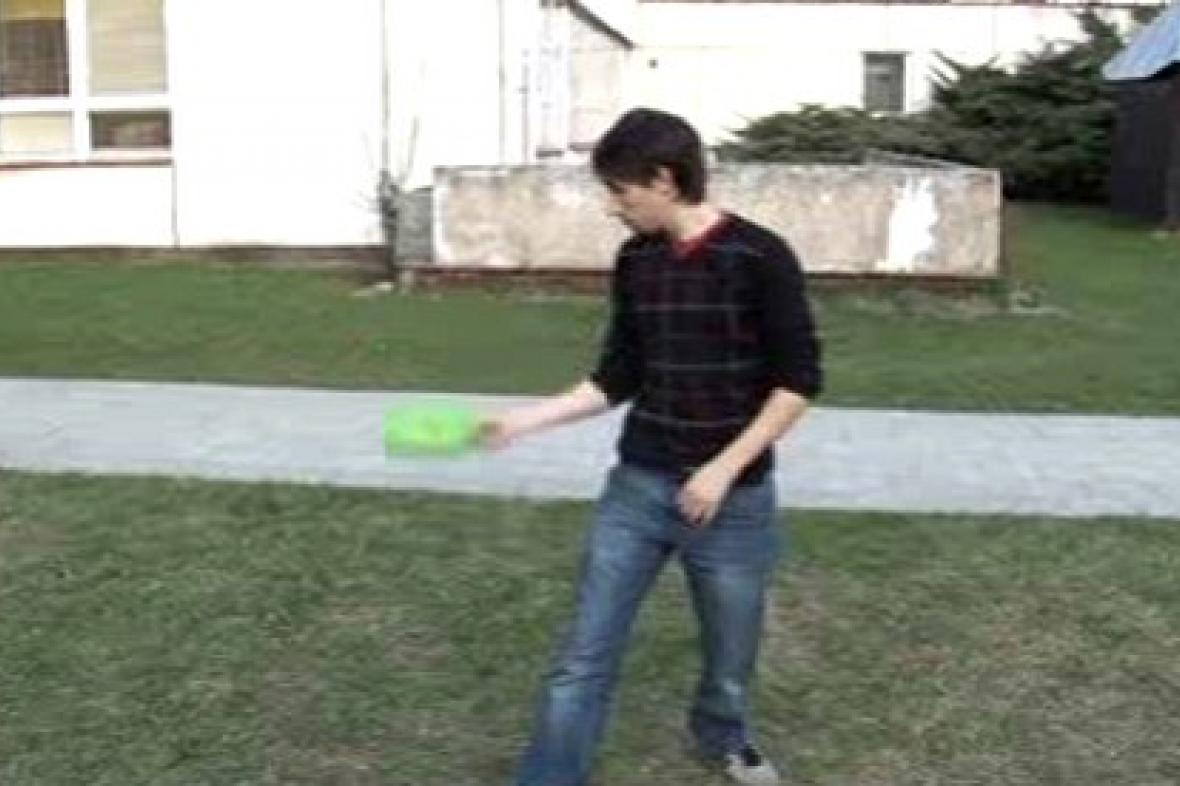 Žonglér nacvičuje nové číslo