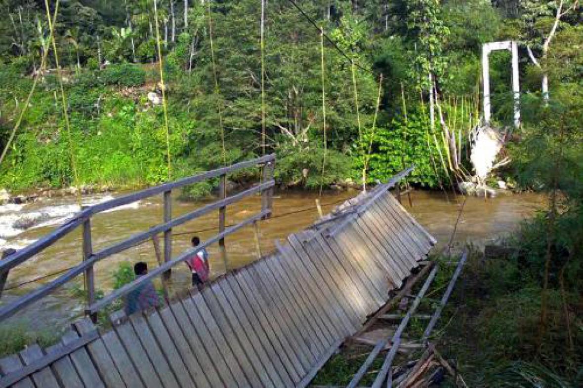 Zřícený visutý most v Indonésii