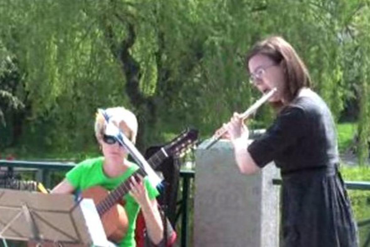 Hudebníci při vystoupení v akci Korzo Obora