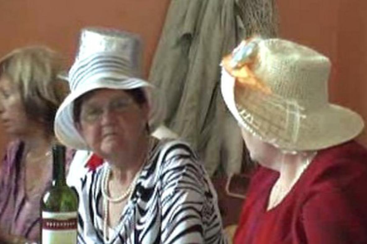 Účastnice kloboukového bálu