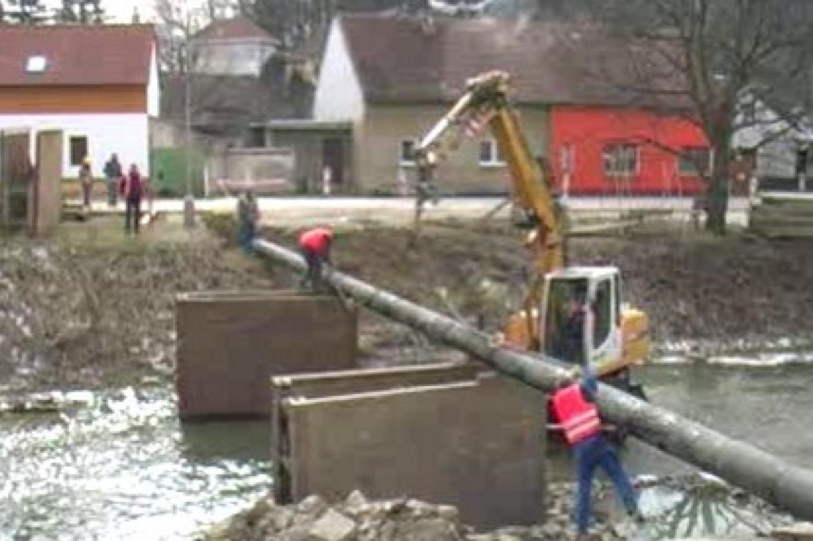 Piloty nově budovaného mostu v Bojkovicích