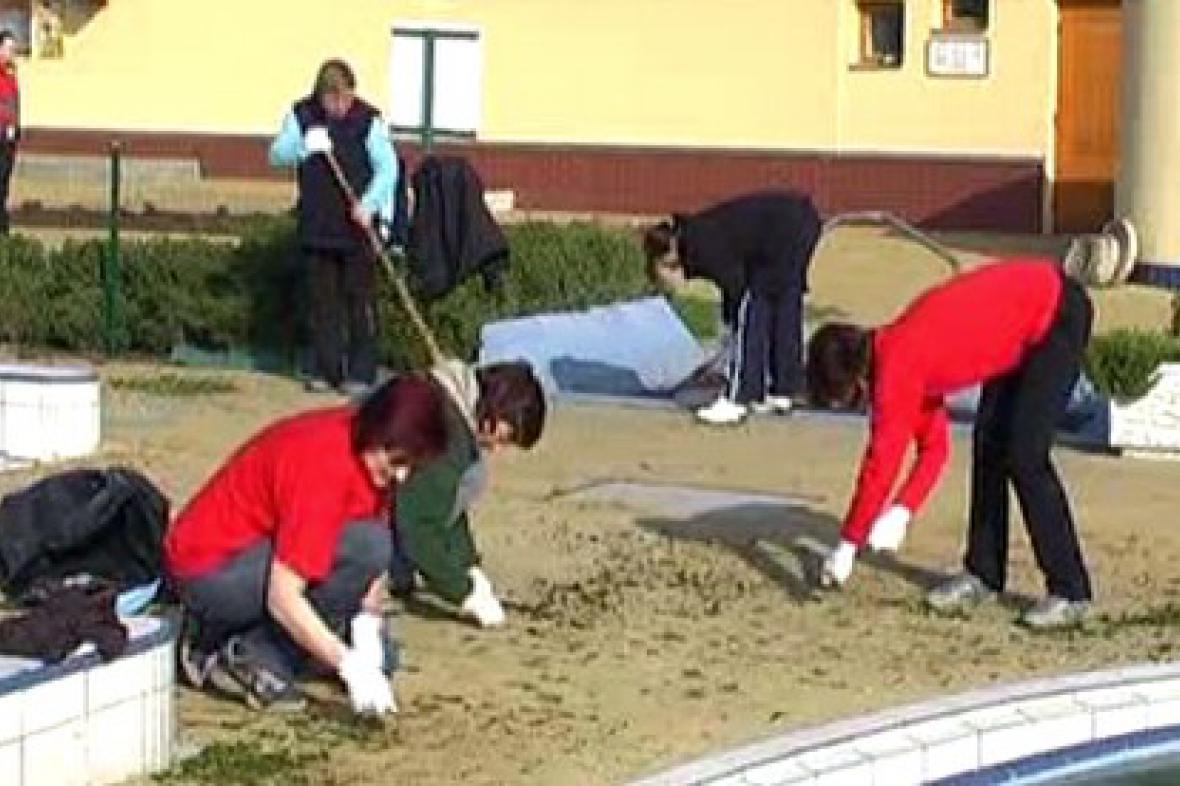 Brigádníci v Majetíně uklízejí koupaliště
