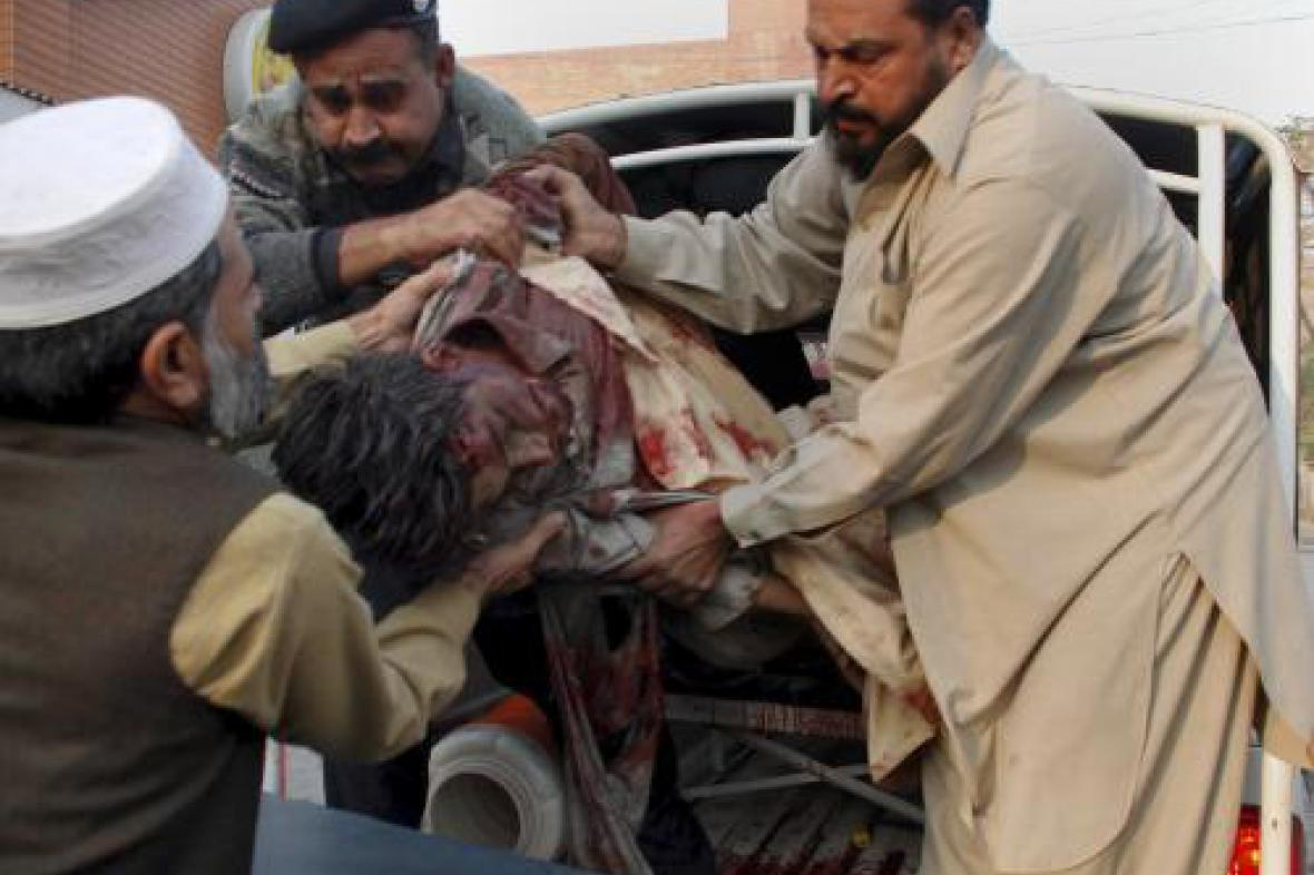 Pákistánci pomáhají zraněnému v Péšáváru