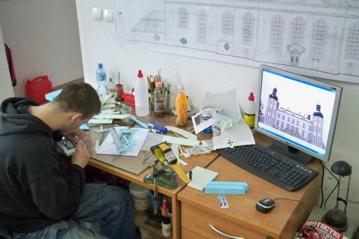 Polští modeláři stavějí miniaturu zámku ve Vrchlabí