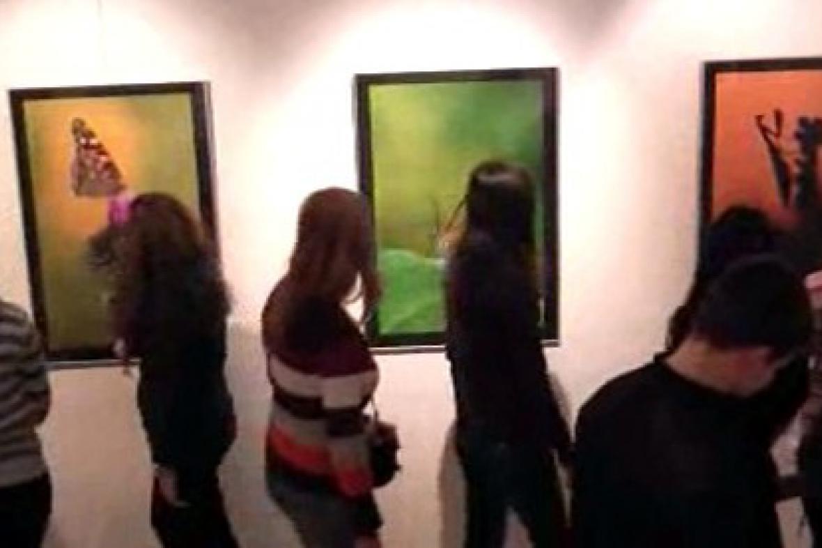 Návštěvníci výstavy fotografií