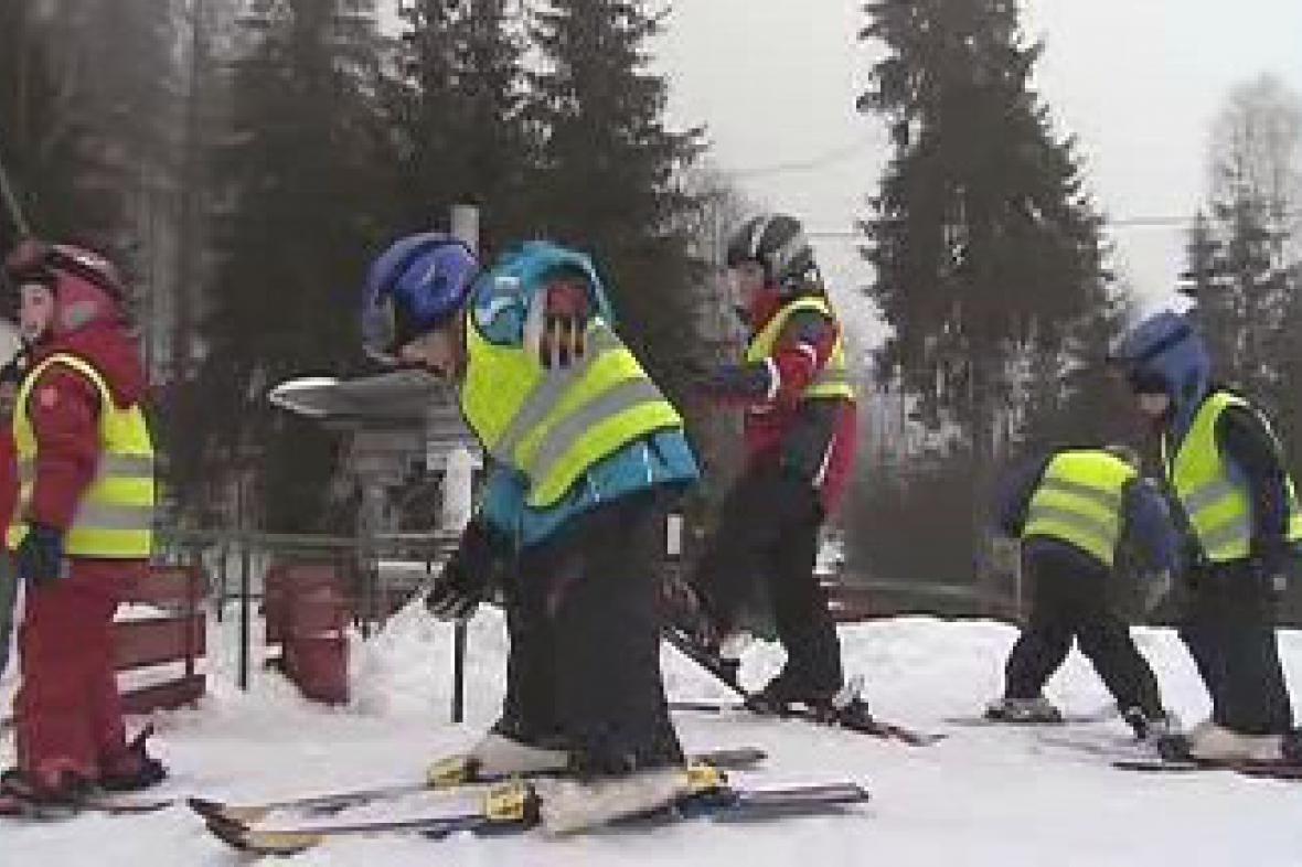 Děti ze školky se učí lyžovat