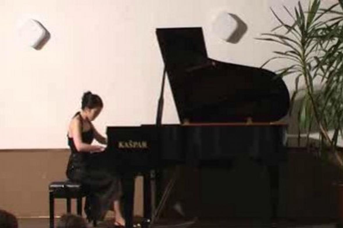 Japonská klavíristka při vystoupení