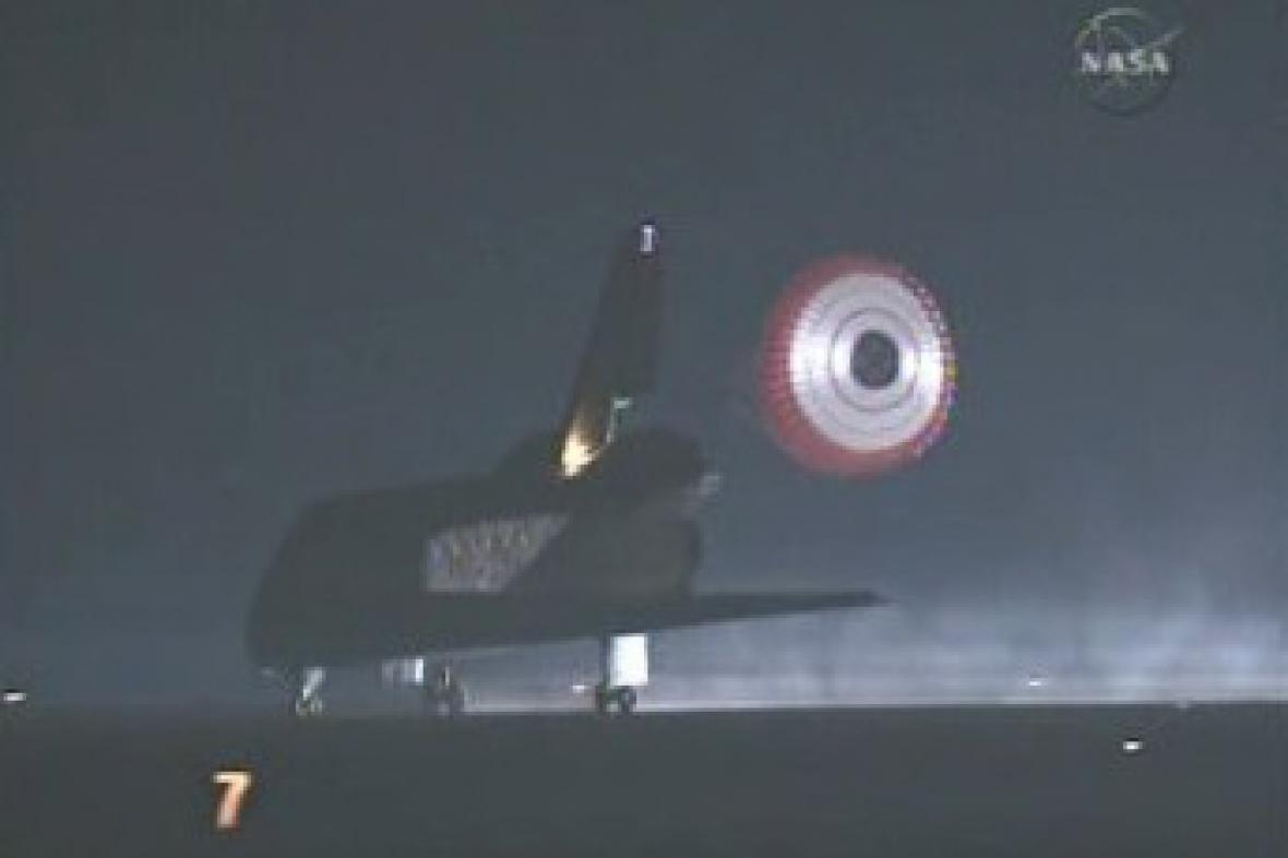 Noční přistání raketoplánu