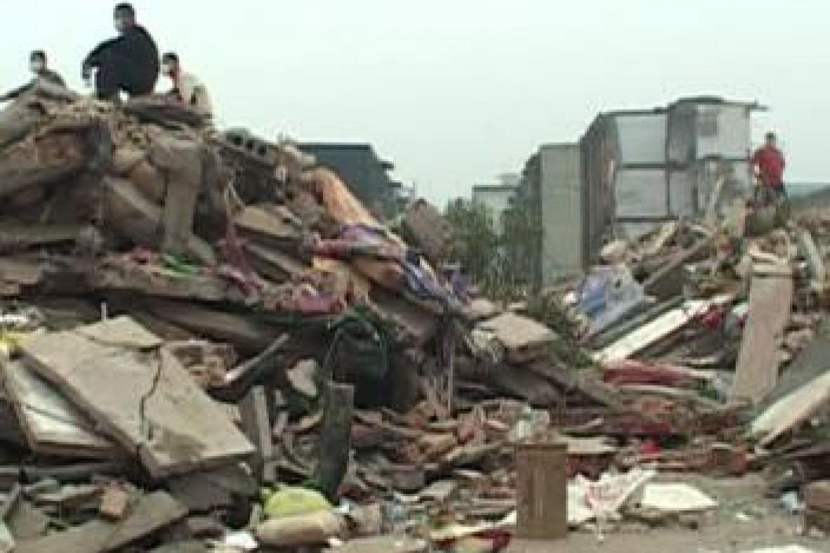 Trosky po zřícení školy v Číně