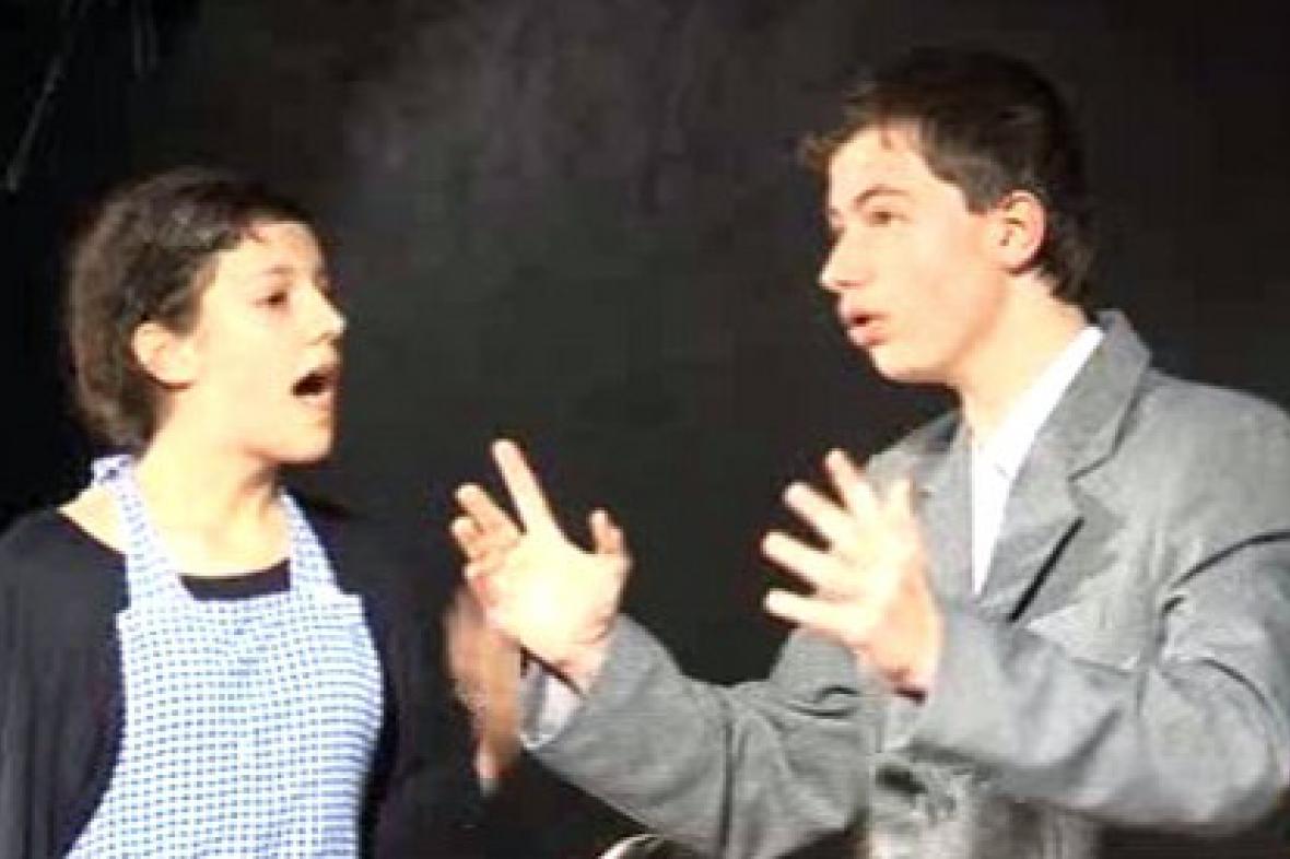 Mladí herci při vystoupení