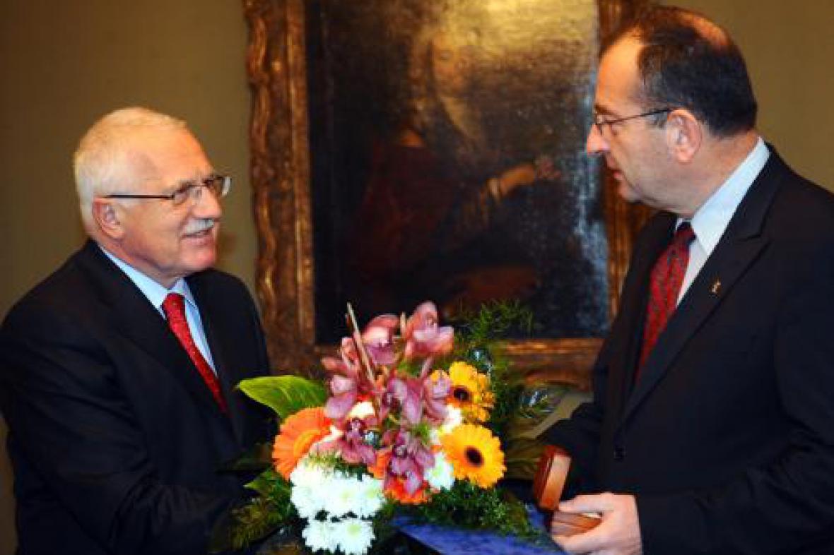 Klaus předává plaketu psychiatru Höschlovi