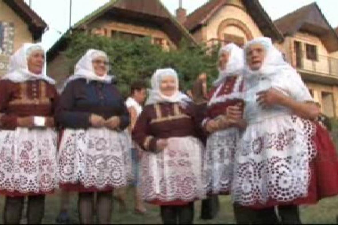 Účinkující na folklorní přehlídce
