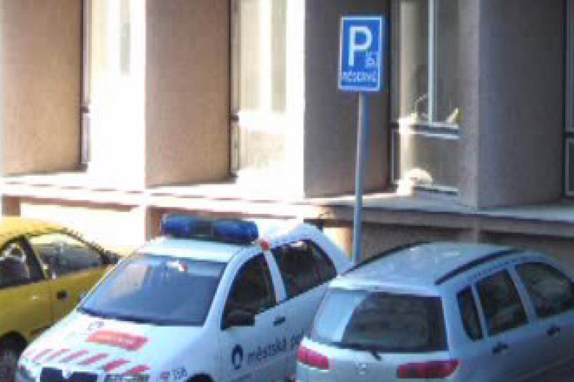 Policisté parkují na místě pro invalidy