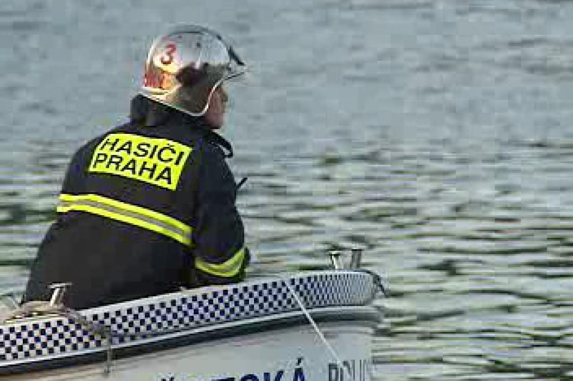 Pražští hasiči na Vltavě
