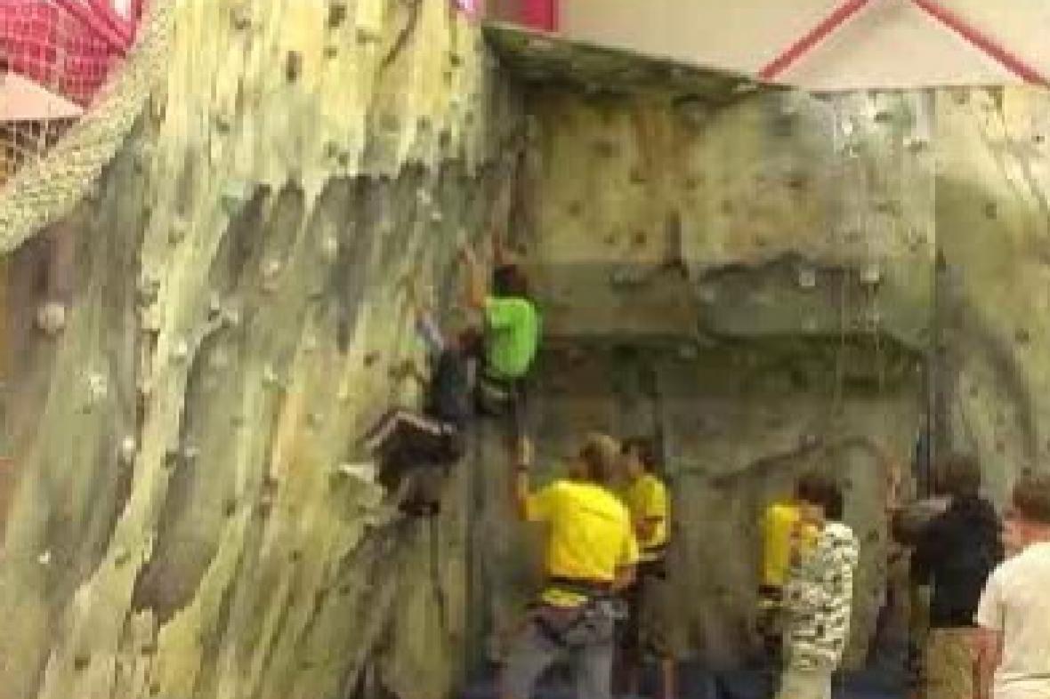 Malí horolezci ve stěně