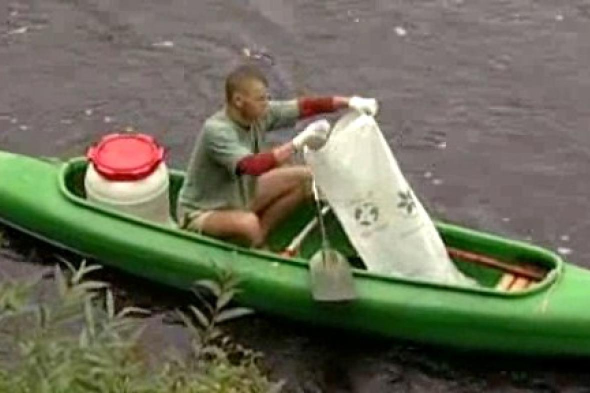 Dobrovolník čistí Vltavu