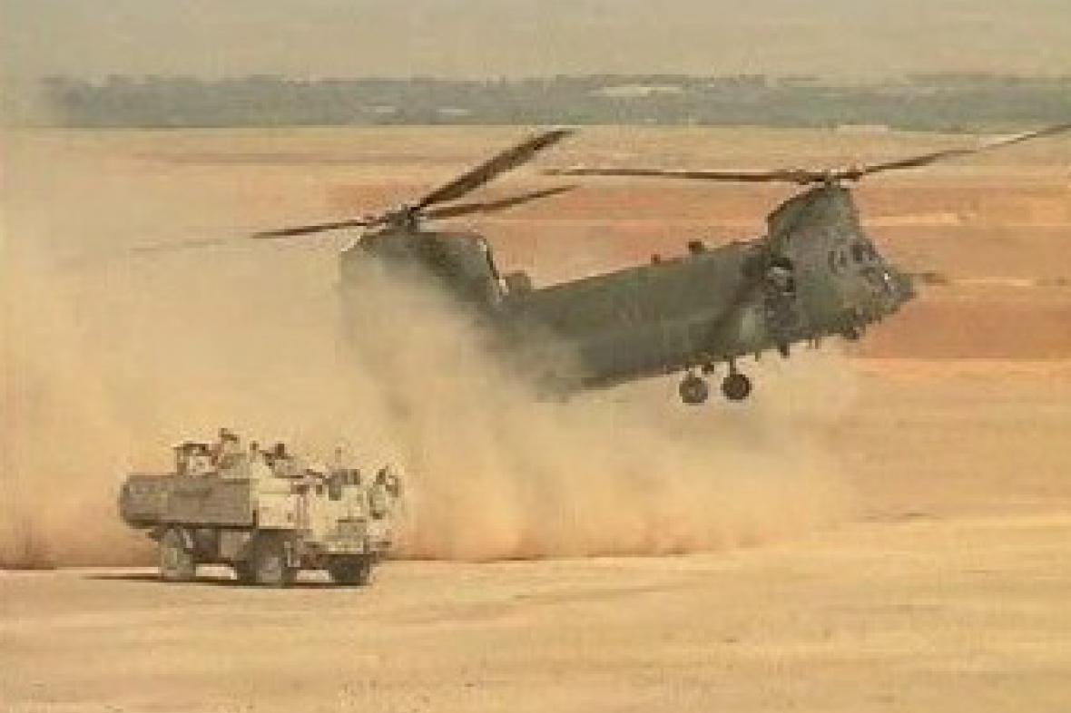 Vojenský vrtulník přistává v Afghánistánu.