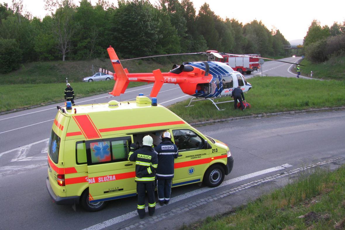 Hasiči a záchranáři u nehody