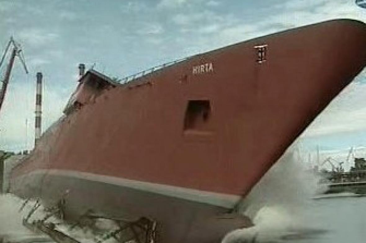 Loď v loděnicích