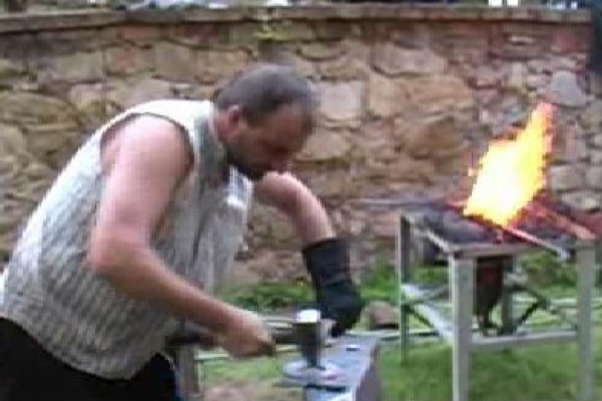 Umělecký kovář při práci