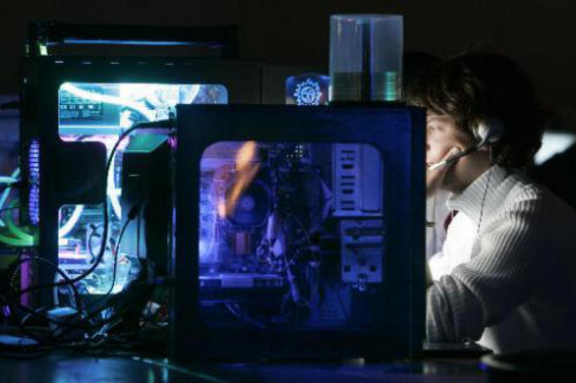 Mladík u počítače