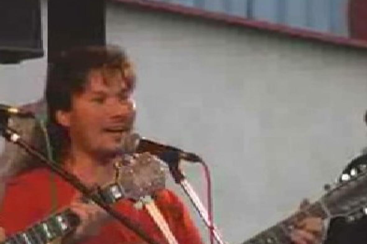 Folkový zpěvák při vystoupení