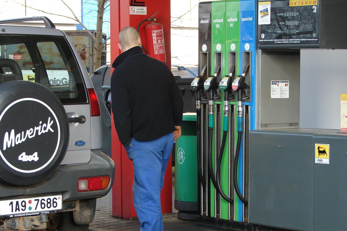 Váhání nad cenami benzinu